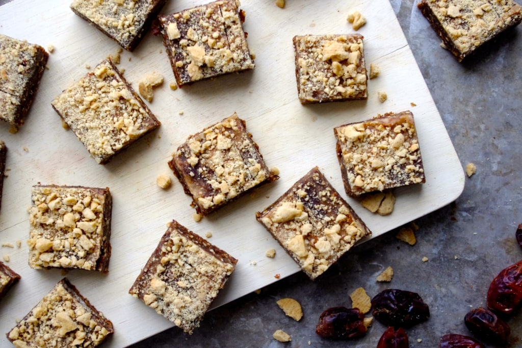 Vegan Gingerbread Crumble Bars via Nutritionist in the Kitch