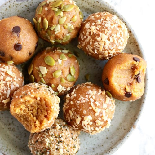 Healthy Vegan Pumpkin Pie Energy Balls // www.nutritioninthekitch.com
